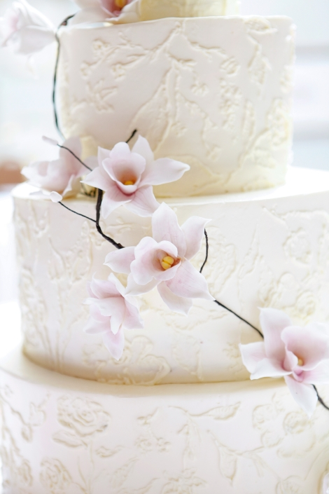 Large flowers are one of the wedding cake trends